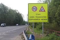 Nová dopravní značka u Bašky upozorňuje na nebezpečí.