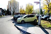 Sedm nových kolmých parkovacích míst se vytvořilo u hudebního klubu Stoun ve Frýdku.