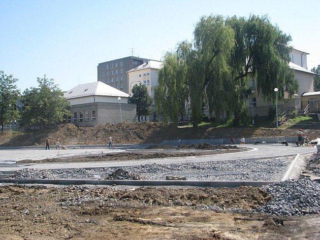 Za 5.a 9. základní školou na ulici Elišky Krásnohorské ve Frýdku-Místku právě vzniká zbrusu nový multifunkční sportovní areál. Výstava je v plném proudu.