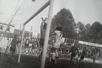 Hlavička Jozefa Marchevského (v bílém) nakonec skončila nad  trnavskou brankou. Hosté nakonec ve Stovkách ubránili bezbrankovou remízu i díky výkonu reprezentanta Karola Dobiáše  (ve výřezu).