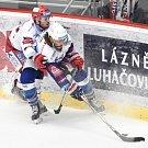 Třinečtí hokejisté (v bílém) v repríze loňského finále proti brněnské Kometě.