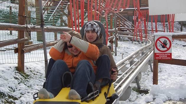 V teplém oblečení vyráželi návštěvníci bobové dráhy v Mostech vstříc nevšedním zážitkům a studenému počasí.