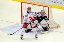 Třinečtí hokejisté (v bílém) porazili Chomutov 4:1.