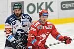 Kapitán hokejistů Třince Petr Vrána (vpravo) při derby s Vítkovicemi.