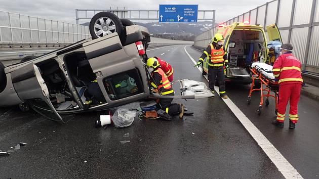 V sobotu 23. ledna v 10.13 hodin byla na operační středisko HZS MSK nahlášena dopravní nehoda dvou osobních automobilů, která se stala v katastru obce Třinec, městské části Karpentná.