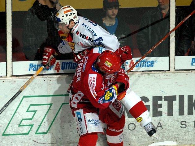 Třinecký kapitán Jan Peterek v akci. Ilustrační foto.