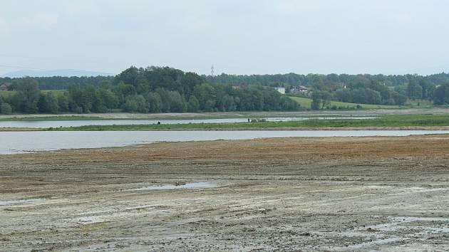 Hladina přehrady Olešná po konci těžby sedimentů pozvolna stoupá.