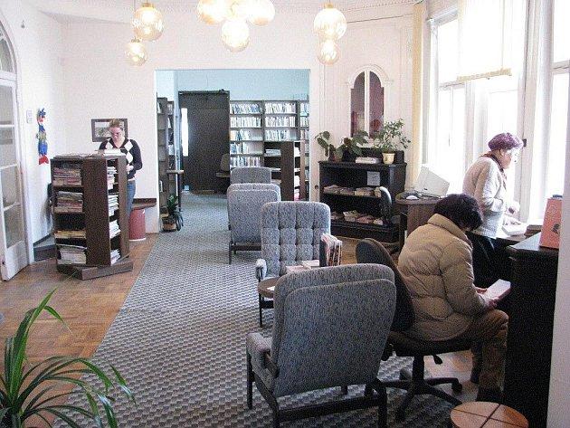 Prostory frýdecké knihovny na Jiráskově ulici jsou velice příjemné, čtenáře doslova lákají k posezení s knihou nebo časopisem.