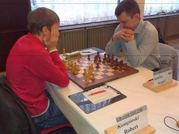 Šachisté při soutěži.