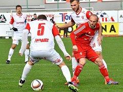 Fotbalisté Třince (v červeném) důležité domácí utkání zvládli, když Pardubice zdolali 1:0.