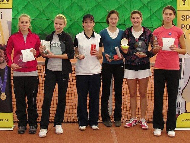 Finalistky dvouhry a čtyřhry. Zleva stojí: Deptová, Porubská, Holanová, Sigmundová, Kolodziejová a Žovincová.