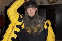 Daniel Hlavenka si během benefiční akce na podporu místecké Kavárny Empatie v Národním domě ve Frýdku-Místku na sebe nasadil rytířské brnění.