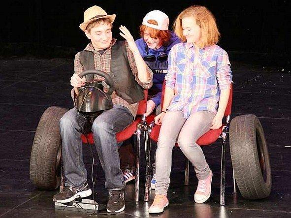 Divadelní školu si děti užívaly.