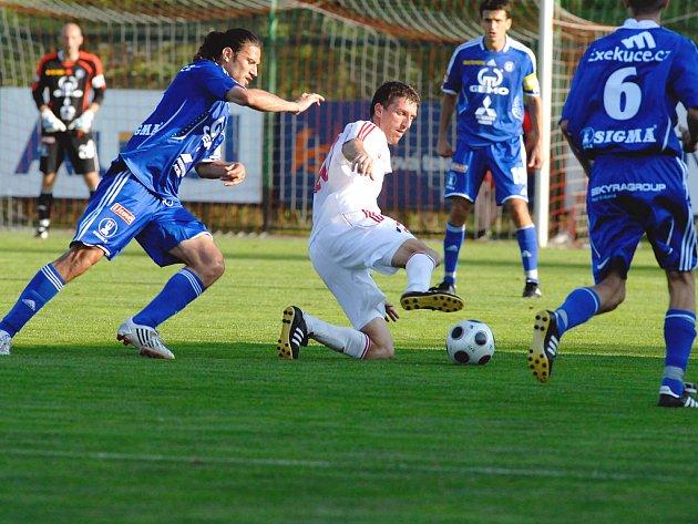 Martin Doubek v souboji o míč s olomouckými Danielem Rossi Silvou a Onofrejem(6).