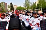 Hokejoví mistři se svezli autobusem-kabrioletem.
