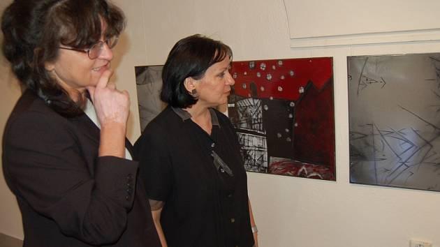 Eva Kučerová-Landsbergrová (vlevo) s galeristkou Libuší Olšákovou u vystavených smaltů.