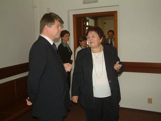 Předsedkyně frýdecko-místeckého okresního soudu Jiřina Jalůvková hovoří o výhodách nových prostor s Jiřím Doležílkem, předsedou Krajského soudu Ostrava.