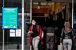 Třinec v celostátní karanténě (Tesco), 25. března 2020. Vláda ČR vyhlásila dne 15.3.2020 celostátní karanténu kvůli zamezení šíření novému koronavirové onemocnění (COVID-19).