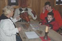 Snímek zachycuje předání finančního daru malému Vojtovi, které připravilo občanské sdružení Kiwanis s penzionem Hrad ve Frýdku. U stolu sedí zleva: Eva Pastušková ze sdružení Kiwanis, maminka Vojty Lacka Jana a Vojta. Na stole je rovných deset tisíc korun