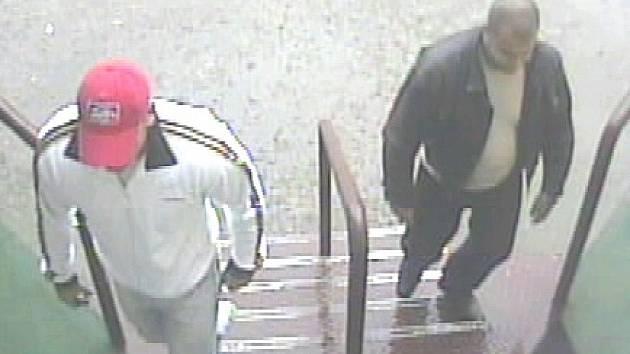 Bezpečnostní kamera zachytila pachatele, kteří si po navrtání výherních automatů navýšili výhru.