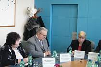 Společné prohlášení o spolupráci v rámci Systému včasné intervence bylo podepsáno v úterý 3. února v budově Magistrátu Frýdku-Místku.Tento systém představuje propojení mezi subjekty, které řeší problematiku delikventní mládeže.