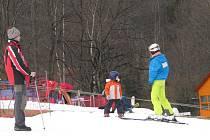 Modrá sjezdovka v Řece je v provozu. V lyžařském areálu leží zhruba čtyřicet centimetrů technického sněhu.