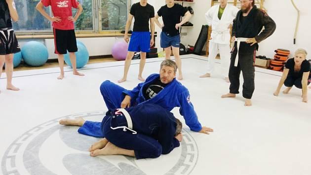 Bývalý hokejista Richard Šmehlík (v modrém) se již sedm let věnuje bojovému sportu jiu-jitsu.
