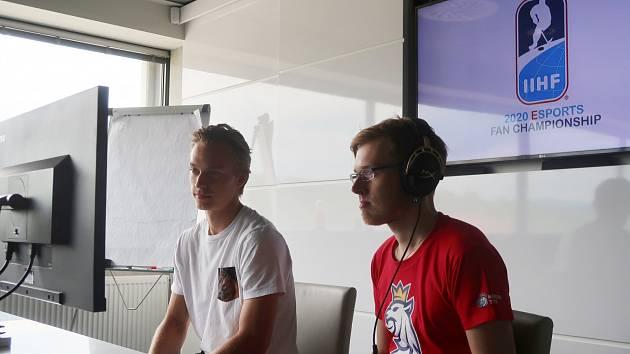 Josef Stachura (vpravo) si letos v EHL zahrál za svůj Třinec.