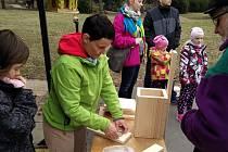 Všichni návštěvníci jsou srdečně zváni v neděli od 15 do 17 hodin do Faunaparku ve Frýdku-Místku, kde si mohou vlastnoručně vyrobit hnízdní ptačí budku, kterou si následně odnesou a pověsí v okolí svého bydliště.