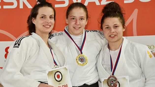 Z republikového šampionátu si frýdecko-místecká judistka Karolína Kubíčková (zcela vpravo) přivezla bronzovou medaili.
