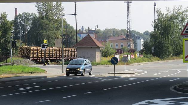 Na přejezd u haly Polárka upozorňují v předstihu i značky.