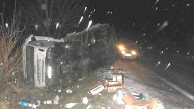 OKOLNOSTI NEHODY dvou kamionů už začali prošetřovat dopravní policisté.