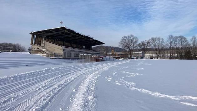 Běžkování na fotbalovém hřišti na Borku.