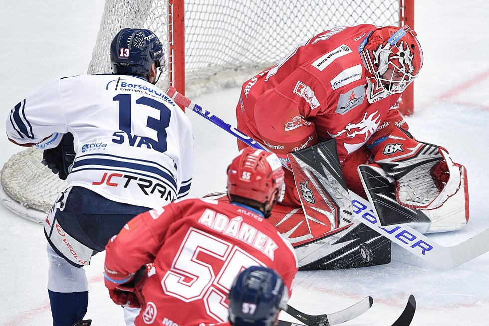 Utkání 42. kola hokejové extraligy: HC Oceláři Třinec - HC Vítkovice Ridera, 2. února 2021 v Třinci. (zleva) Vladimír Svačina z Vítkovic a brankář Třince Ondřej Kacetl.