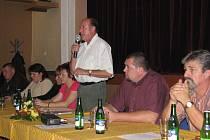 Na snímku zprava starosta Ostravice Miroslav Mališ a místostarosta Jaromír Dobrozemský informovali o průběhu příprav územního plánu obce.