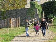 Turisté u hradu Hukvaldy.
