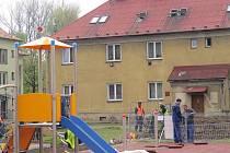 Stavba dětského hřiště.