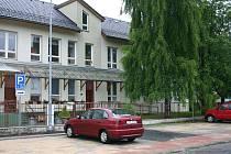 Nové parkoviště na Fibichově ulici v Místku bude od nynějška sloužit jak klientům denního stacionáře Žirafa, tak i široké veřejnosti.