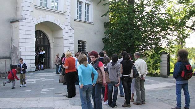 Městská knihovna se společně s Muzeem Beskyd Frýdek-Místek v pátek 28.května zapojila do Festivalu muzejních nocí – Slezské muzejní noci. Návštěvníci si mohli zdarma prohlédnout zámek. O odborný výklad se postarala průvodkyně.