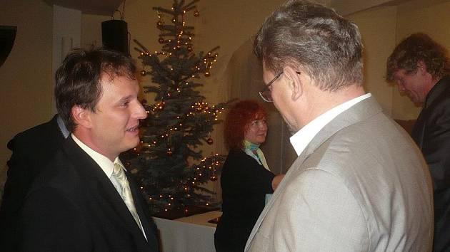 Ocenění si převzal například Ján Moder (vpravo), který se zasloužil o vznik nových prostor pro bystřickou pobočku ZUŠ. Vlevo náměstek hejtmana Jiří Vzientek.
