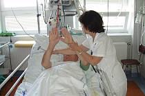 Primářka neurologického oddělení Nemocnice Třinec Helena Sobolová při vyšetření na neurologické JIP.