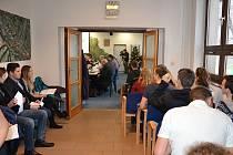 Takto to vypadá, když na jednání třineckých zastupitelů dorazí více lidí, než je schopna pojmout zasedací místnost. Hosté musí mnohdy sedět na chodbě a dění uvnitř sledují pouze zprostředkovaně.