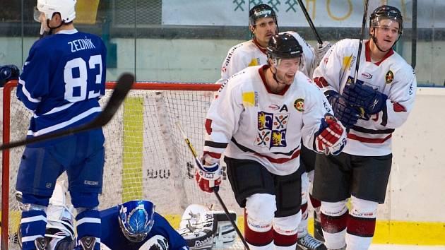 Hokejisté Frýdku-Místku vyhráli s Novým Jičínem i třetí vzájemné utkání v sezoně. Na porubském ledě porazili svého soupeře 5:2.