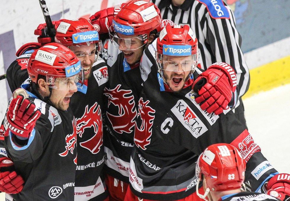 Bývalý obránce Lukáš Krajíček ještě v době, kdy aktivně hrál hokej a v Třinci nosil kapitánské céčko.