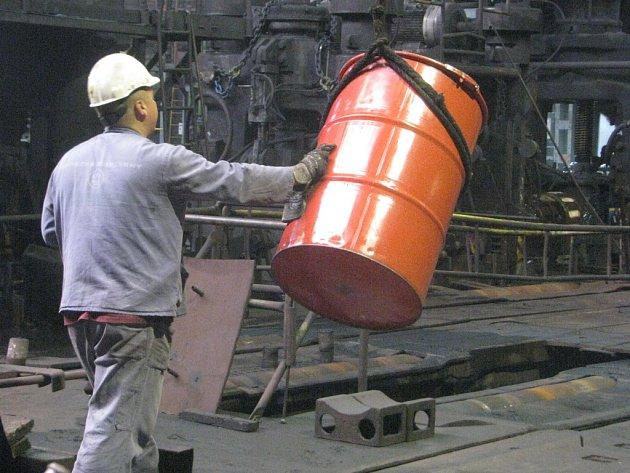 Snímek zachycuje provoz v Třineckých železárnách.