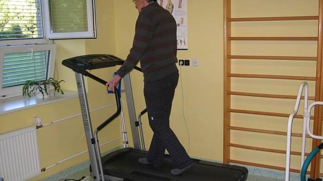 Rehabilitační cvičení je součástí léčby ve frýdecko-místecké nemocnici.