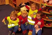 Strážníci dětem v jeslích darovali reflexní vesty.