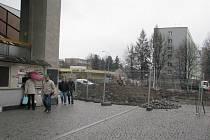 Pivovarská ulice vedle místecké polikliniky je nyní neprůjezdná. Právě v těchto místech totiž v současné době pokračuje revitalizace ulice 8. pěšího pluku.