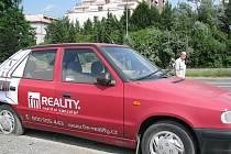 Realitka má reklamu i poblíž frýdecko–místeckého Kauflandu. Jak to s napálenými klienty vypadá, jednatel Roman Červík nesdělil, naopak v esemesce prý pohrozil bankrotem.