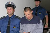 Eskorta přivádí Miroslava Bašného k jednání před frýdecko-místeckým soudem.